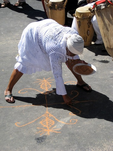 Mambo Florencia uses Corn meal to create the drawing.